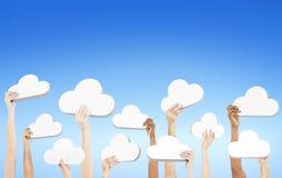 Händer som rymmer molnet format anförande, bubblar begrepp arkivfoto