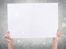 Händer som rymmer papper Fotografering för Bildbyråer