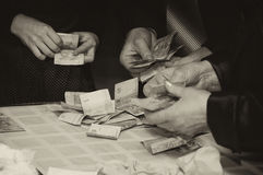 händer som rymmer pengarfolk royaltyfria foton
