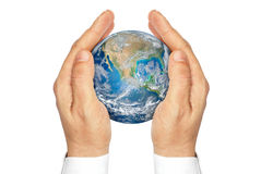 Händer som rymmer planeten, jordar en kontakt isolerat på en vit bakgrund. Royaltyfri Bild