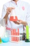 Händer som rymmer provrör med kemiska beståndsdelar Arkivfoto