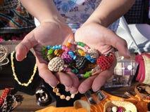 Händer som rymmer prydde med pärlor smycken Royaltyfri Fotografi