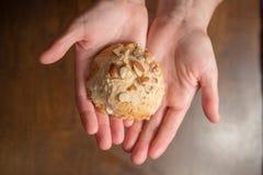 Händer som rymmer sconesen royaltyfri fotografi