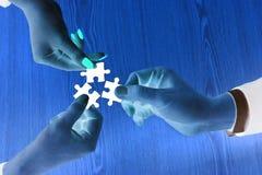Händer som rymmer stycket av pusslet med negativt ljus Royaltyfria Bilder
