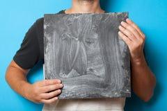 Händer som rymmer svart tavlamodellen Annonseringbakgrund Konstrammellanrum Idérik kanfas royaltyfria foton