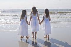 händer som rymmer systrar tre royaltyfria foton