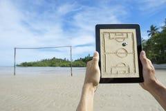 Händer som rymmer taktikbrädet på strandfotbollgraden Bahia Brazil Royaltyfri Bild