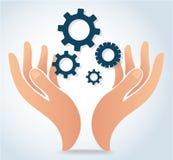 Händer som rymmer vektorn för symbol för kugghjuldesignlogo Royaltyfri Bild