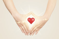 Händer som skapar en form med glänsande hjärta Royaltyfri Fotografi