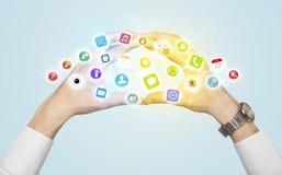 Händer som skapar en form med mobila app-symboler Arkivbilder