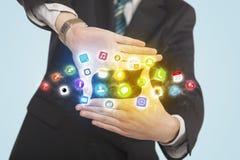 Händer som skapar en form med mobila app-symboler Royaltyfri Bild
