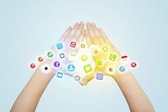 Händer som skapar en form med mobila app-symboler Royaltyfri Foto