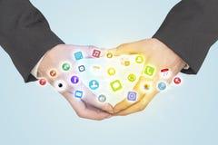 Händer som skapar en form med mobila app-symboler Arkivfoton
