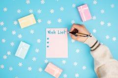 Händer som skriver en önskelista arkivbilder