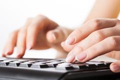 Händer som skriver på datoren Fotografering för Bildbyråer