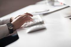 Händer som skriver på den skrivbords- datoren Royaltyfri Bild