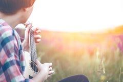 Händer som spelar en gitarrnärbild arkivfoto