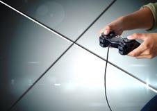 Händer som spelar med dataspelkontrollanten med geometriska minsta skinande linjer bakgrund Royaltyfri Foto