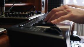 Händer som spelar på det elektroniska tangentbordet för piano med den digitala klockan Begrepp f?r musikinspelningstudio Musiker  stock video