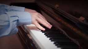 H?nder som spelar p? ett piano royaltyfri bild