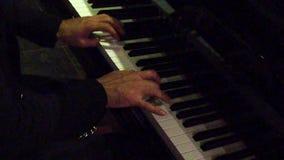 Händer som spelar pianot på nattklubben över högra axeln - ultrarapid lager videofilmer