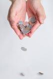 Händer som tappar japan Yen Coins Royaltyfria Bilder