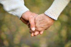 Händer som tillsammans rymmer Arkivbilder
