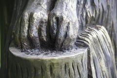 Händer som tvättar sig, skulptur i trä Royaltyfria Foton