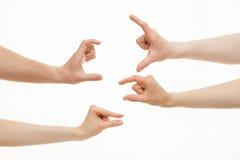 Händer som visar olika format - från litet till stort arkivfoton