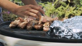 Händer tar bort grönsaker från köttgallercloseupen stock video