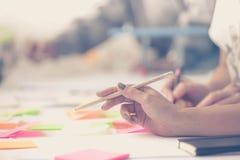 Händer team arbete Tänka för design start Arkivfoton