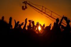 Händer upp på solnedgången arkivfoton