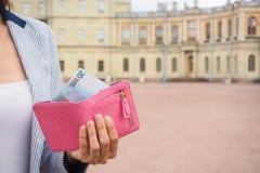 Händer ut ur handväskan 20 euro från den historiska slotten Loppbegrepp, att inhandla biljetter Royaltyfri Bild