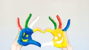 Händer visar hjärtan, hand målat färgrikt med leenden Begreppet av lycka, det bra lynnet och glädje lager videofilmer