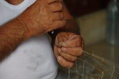 Händerna av den maltesiska fiskaren Royaltyfri Bild