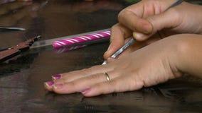 Händerna av en konstnär på en yttersida stock video
