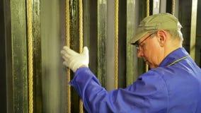 Händerna av en manlig etapparbetare i handskar fäster en kabel för att lyfta teatergardinen lager videofilmer