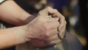 Händerna av förlagen för keramiker` s, gör han krukmakeri Royaltyfri Fotografi