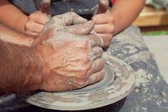 Händerna av keramikern Royaltyfri Bild
