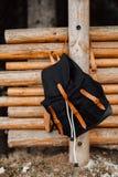 Händerna av män och kvinnor En man i en poncho poncho Arkivbild