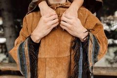 Händerna av män och kvinnor En man i en poncho poncho Arkivfoton
