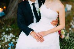 Händerna av nygifta personerna med cirklar Arkivbilder
