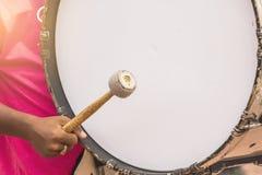 Händerna för pojke` s slog valsar i arbetena för marschmusikbandet Royaltyfria Bilder