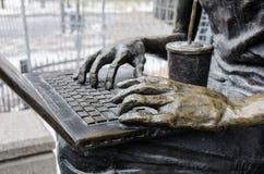 Händerna på bärbara datorn Royaltyfri Foto