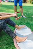 Händerna rymmer repet för kitesurfing royaltyfria bilder