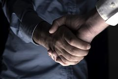 Händeschütteln des zwei Geschäftsmannes Restlicht Stockfoto