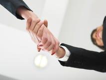 Händeschütteln im niedrigen Winkel des Büros Stockbild