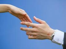 Händeschütteln mit Hintergrund des blauen Himmels Lizenzfreies Stockbild