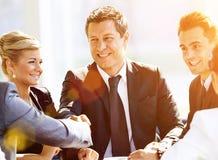 Händeschütteln mit zwei Geschäftsmännern Lizenzfreies Stockfoto