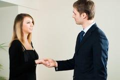 Händeschütteln mit zwei Wirtschaftlern Stockfotografie
